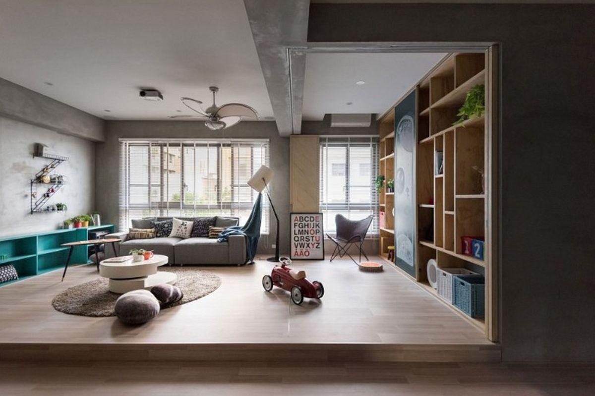 Când copii vor mai crește, spațiul destinat acum locului de joacă poate deveni loc de studiu pentru birouri sau dressing. De aceea s-au prevăzut din start uși culisante are să delimiteze acest spațiu, ce beneficiază de lumină naturală.