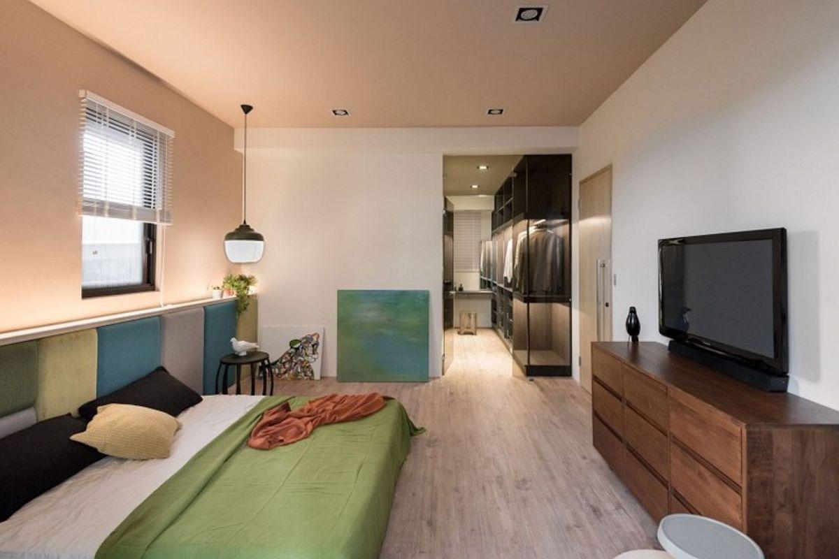 Dormitorul matrimonial beneficiază de un dressing pentru depozitarea hainelor părinților. Astfel, în locul unui dulap masiv în camera de odihnă, spațiul de depozitare este separat, lucru care face ca încăperea să fie mult mai aerisită și ordonată.