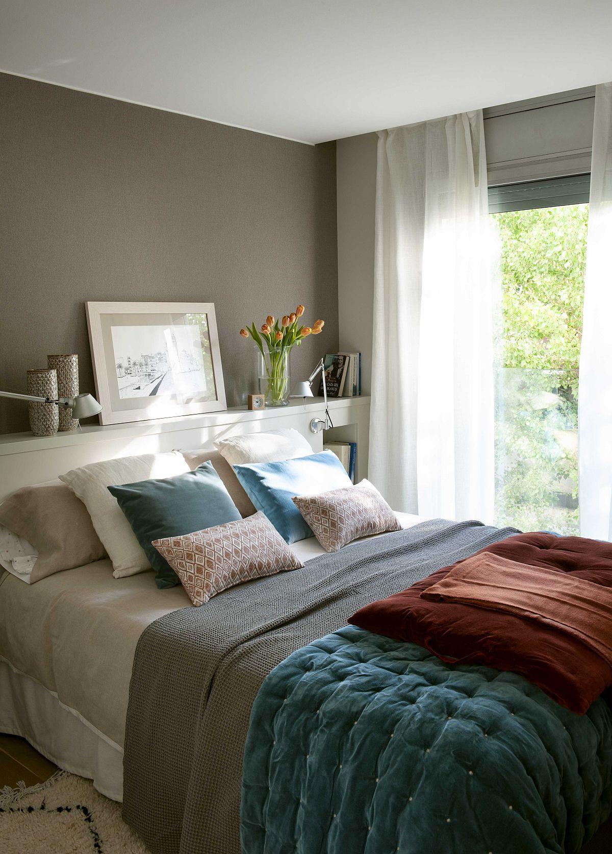 Pentru mai mult spațiu în zona de odihnă, designerul a prevăzut în locul noptierelor un corp de mobilier în spatele patului, care formează și tăblia acestuia. Astfel, spațiul modest ca și dimensiuni a putut fi folosit la maximum, lăsând suficient loc pentru dressing. O locuință plăcută, cu accente rustice calde, dar care nu alterează caracterul modern al apartamentului. Sper să te inspire și pe tine!