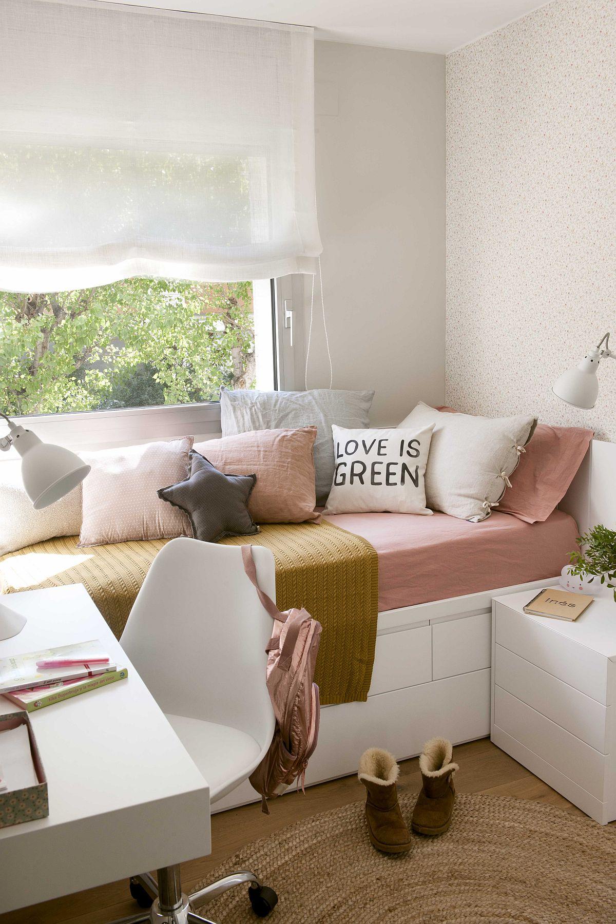 Camera copilului nu este foarte generoasă și a dat multe vătări de cap designerului pentru că pe lîngă depozitare a avut de inserat un birou și un extra loc de dormit pentru vizite ocazionale. Ca atare, designerul a prevăzut amplasarea patului pe lățimea camerei în dreptul ferestrei. Când locuința este termoizolată și beneficiază de tîmplărie termoizolantă, nu ai de ce să-ți faci griji pentru confortul termic.