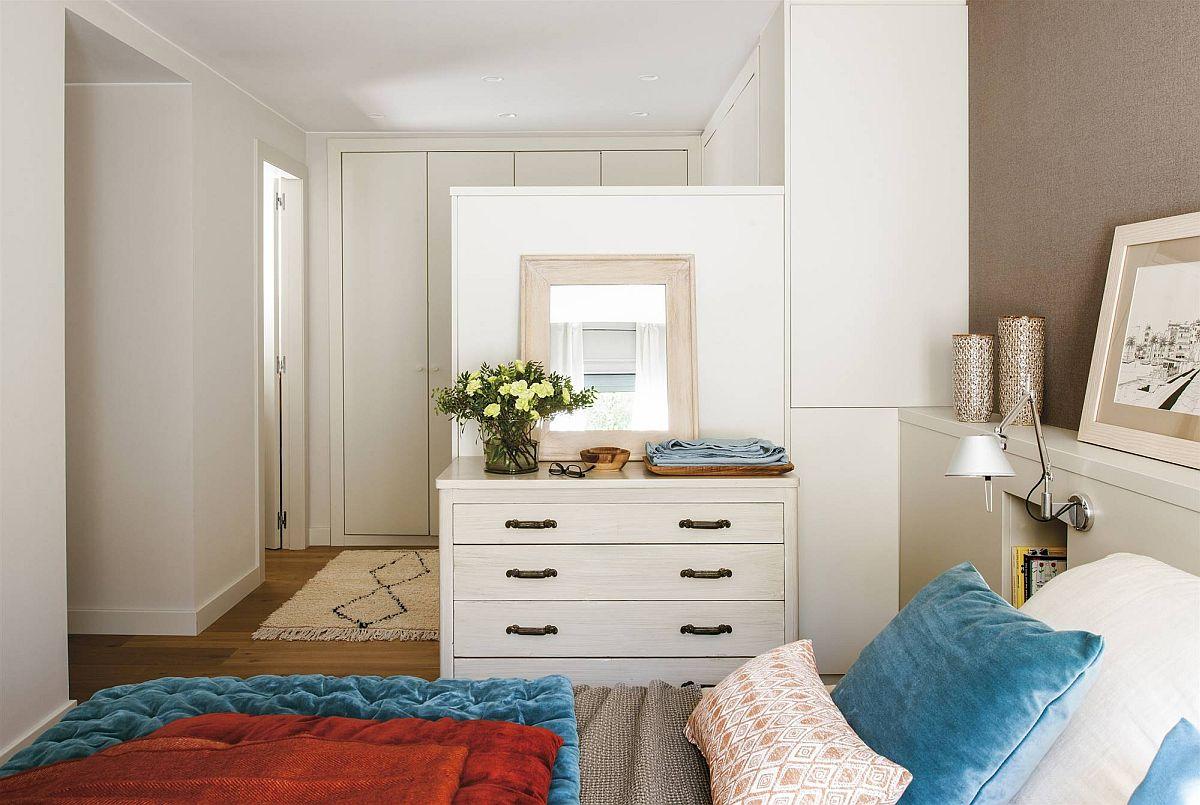 Dormitorul matrimonial beneficiază de un spațiu mai generos împărțit în trei zone: dressing, comodă care funcționează și ca masă de toaletă și zona patului. Între dressing și zona de pat s-a prevăzut o separare parțială pentru amplasarea comodei.