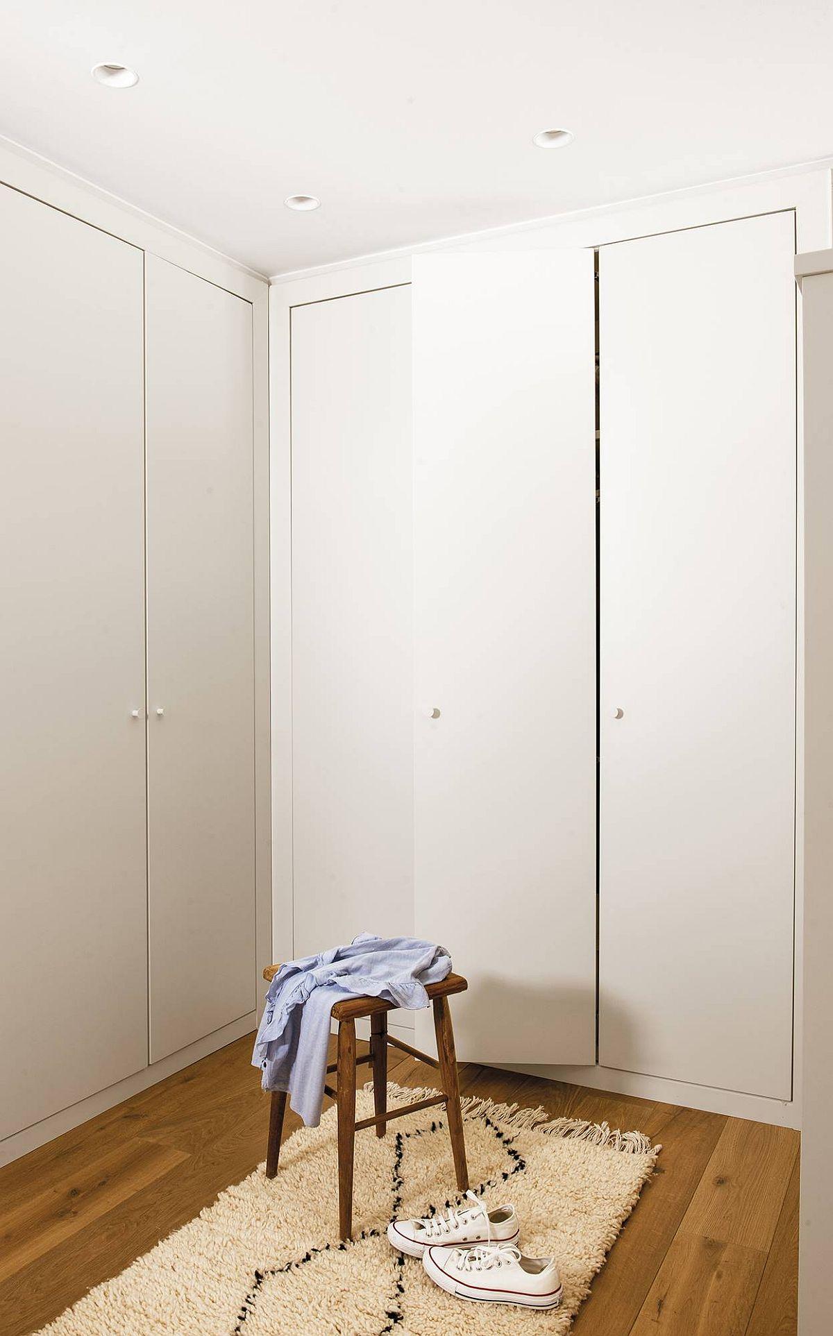 Dressingul este gîndit cu dulapuri încastrate, totul tratat simplu, curat cu uși albe. Nu doar că este mai puțin costisitoare soluția, dar este și mai odihnitoare vizual.