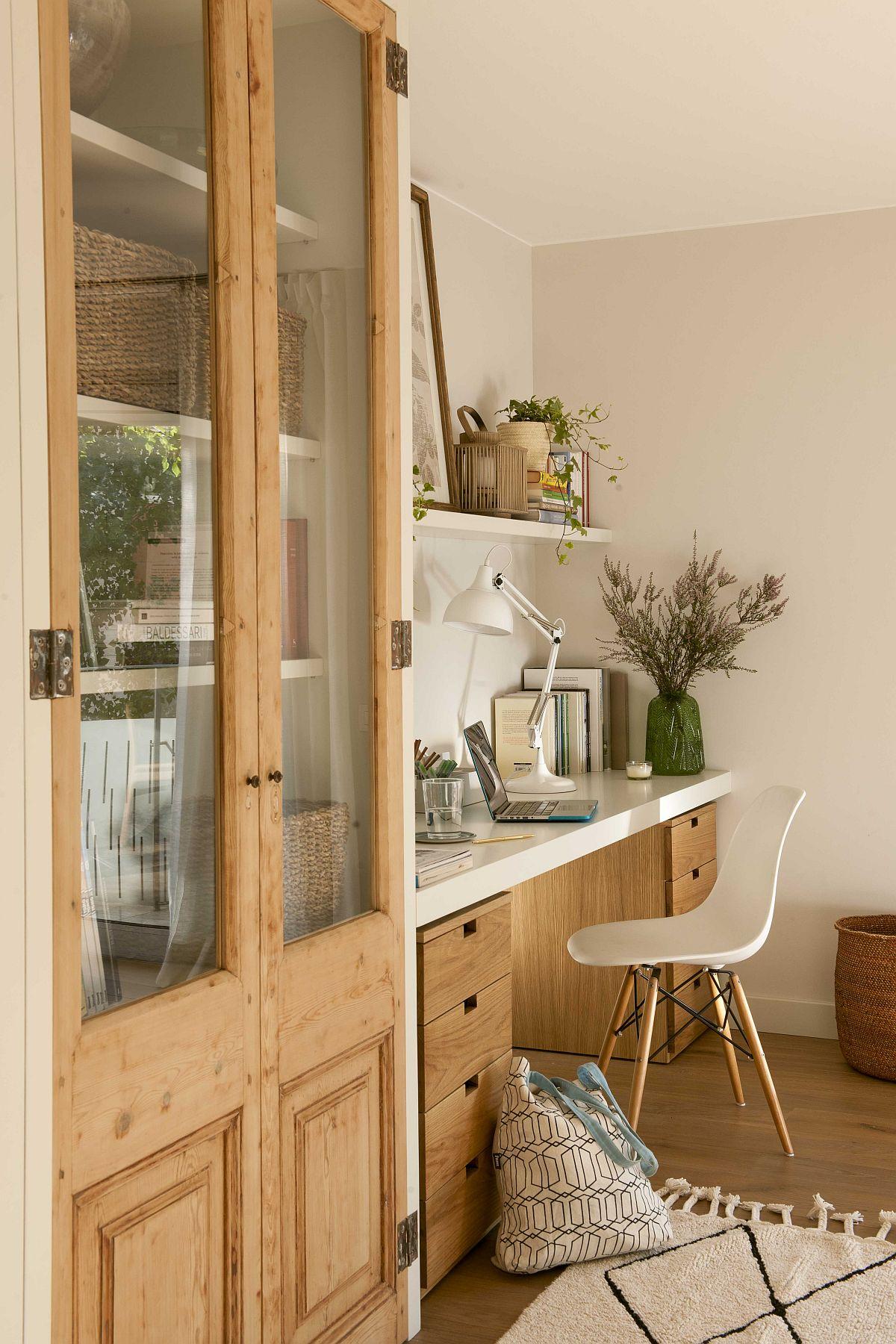 Fronturile din lemn frezate ale vitrinei te duc cu gândul la rustic, dar acest dulap cu vitrină este conceput pe dimensiunea spațiului și pe toată înălțimea acestuia, ceea ce-l face să fie perfect integrat în ambient, față de un bufet vechi, care cu siguranță ar fi fost mult prea masiv.