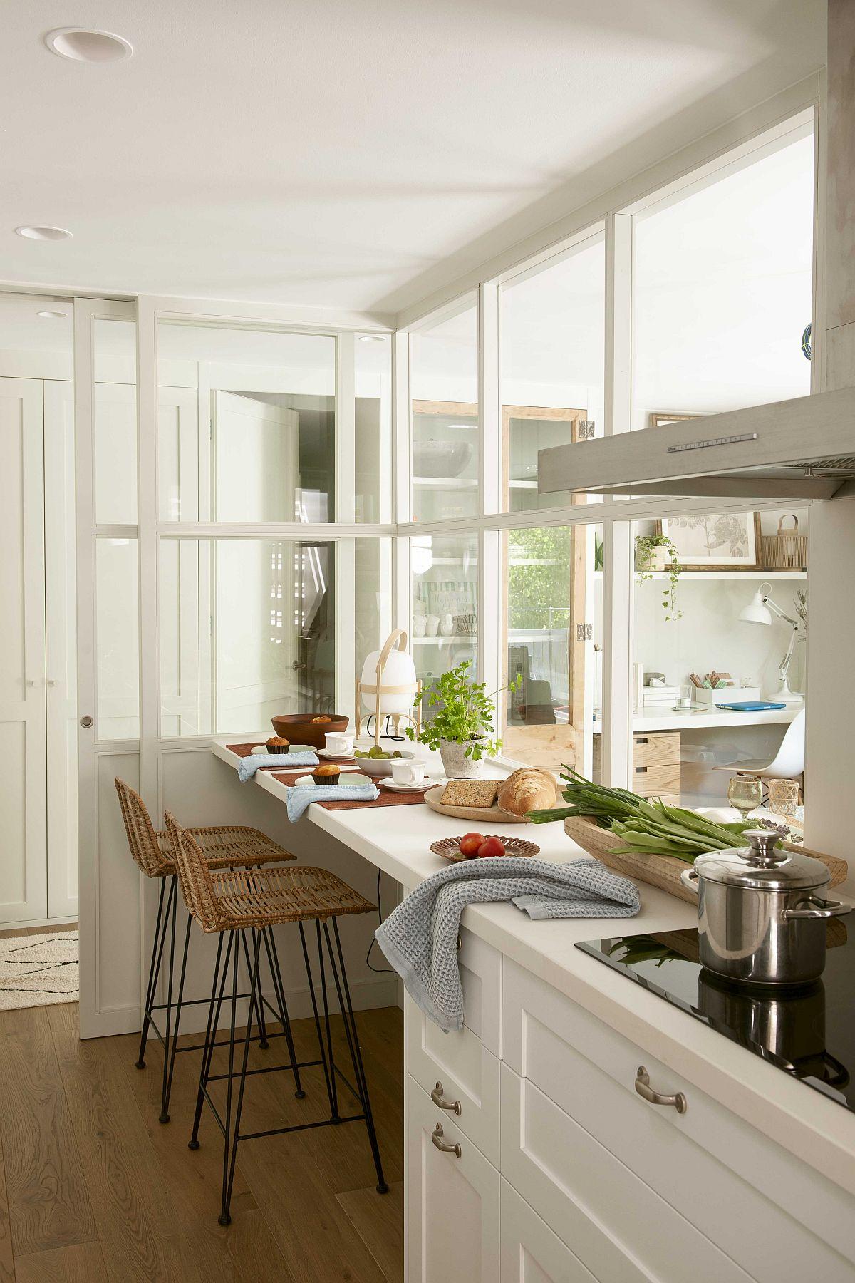 Cum a fost rezolvată problema luminii naturale în bucătărie? Prin deschiderea parțială a bucătăriei către ferestra din living. Deschiderea cu tâmplărie cu geamuri a fost conform temei de amenajare cu accente rustice, dar la vedere este locul de luat masa din bucătărie, deci nimic din partea de doatare tehnică, care să aglomereze imaginea bucătăriei văzută dinspre living.