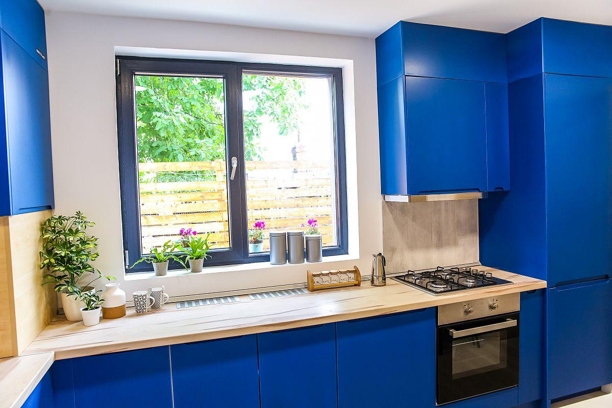 De multe ori ajută ca sun fereastră să existe blat pentru a extinde suprafața de lucru din bucătărie, dar și pentru depozitare.