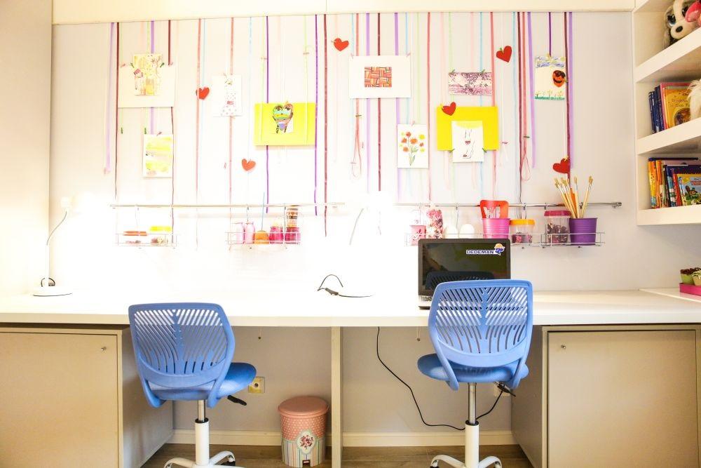 Birouri așezate înșiruit de-a lungul camerei.