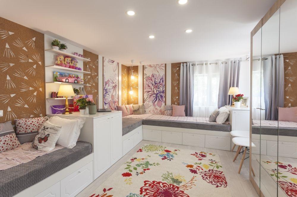 Dispoziție în L, pe perimetrul camerei a trei paturi într-o încăpere împărțită de către trei surori. Acestă dispunere permite ca centrul camerei să rămână liber.