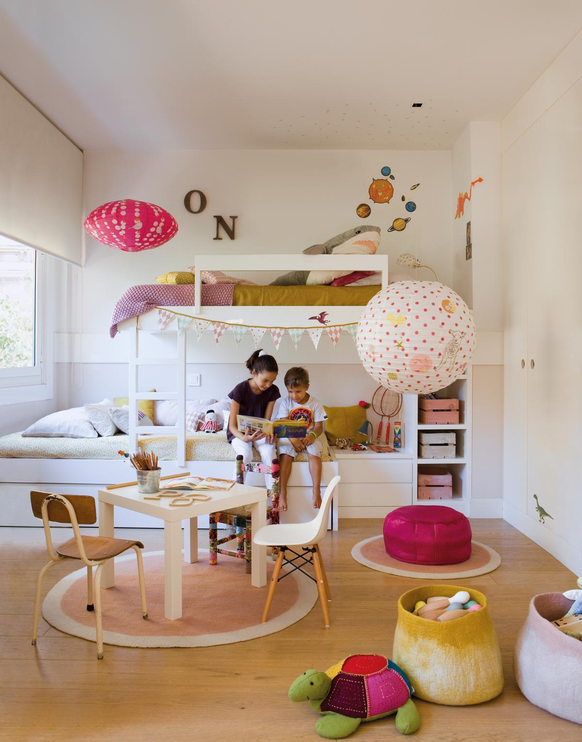 Cameră împărțită de doi frați de sexe diferite amenajată ca loc comun de joacă, odihnă și depozitare.