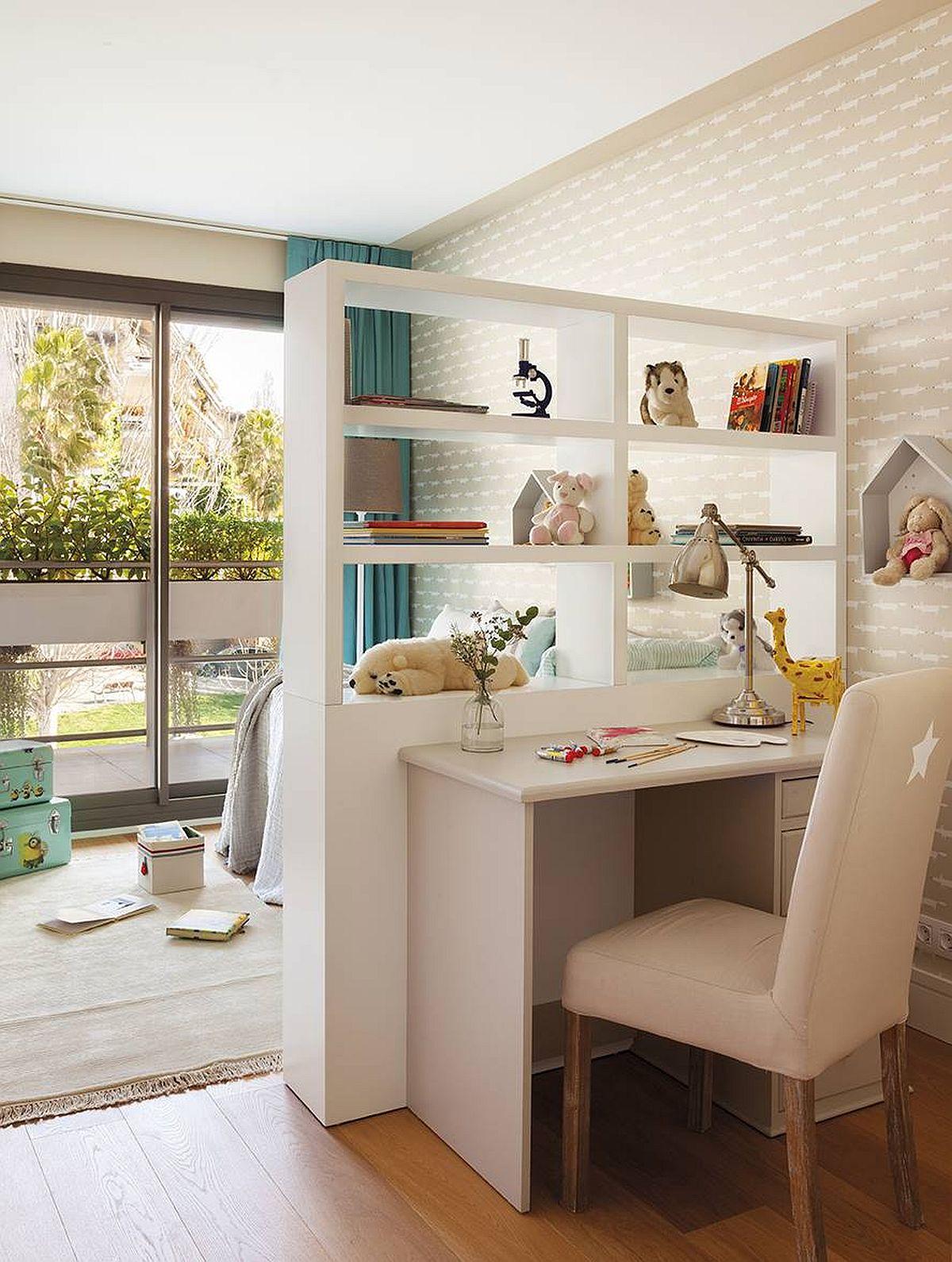 În blocurile noi, camerele pot avea ferestre până jos, ceea ce face mai dificilă poziționarea biroului în fața ferestrei. Soluția? Prin mobilare pe comandă cu o etajeră care lasă lumină să treacă, dar separă zona de studiu față de pat.