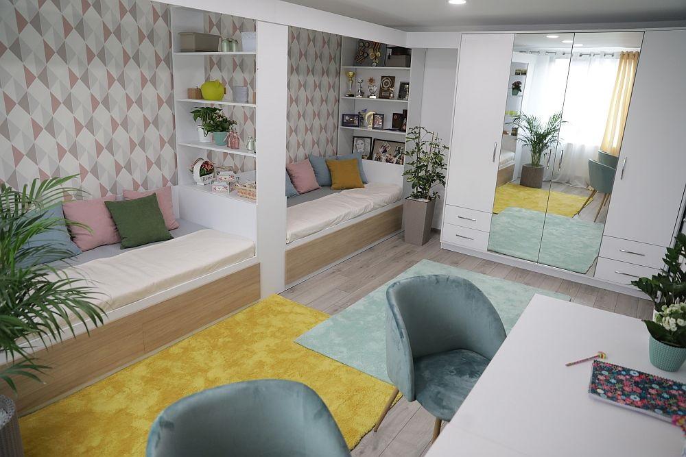 Dacă lungimea camerei este de circa 4,30 sau mai mare, paturile pot fi puse înșiruite, dar și lățimea camerei să fie suficientă pentru amplasarea birourilor.