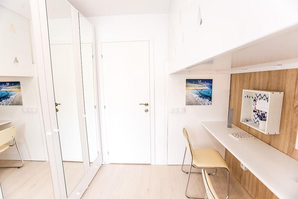 Zona de dulapuri așezată față-n față cu birourile pentru ca între ele să existe spațiu de circulație, dar și de manevrare al ușilor dulapurilor.