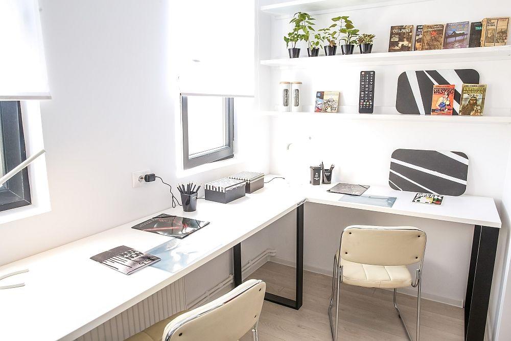 Fostul balcon transformat în loc de studiu cu birourile realizate pe comandă pentru a se potrivi dimensiunilor spațiului.