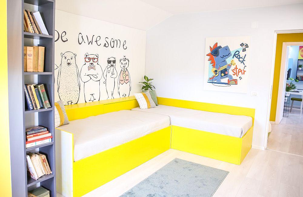 Configurare în L a paturilor într-o cameră împărțită de doi frați, arată pe timpul zilei ca o canapea colțar.
