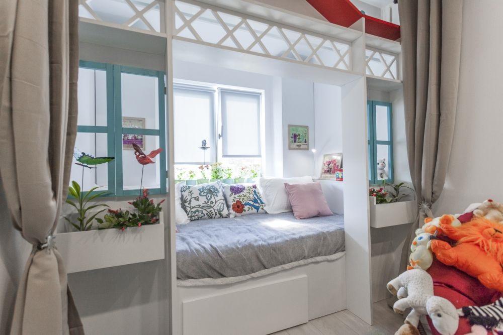 Patul așezat în fața ferestrei într-o cameră de copil cu lățimea de doar 2,30 metri.