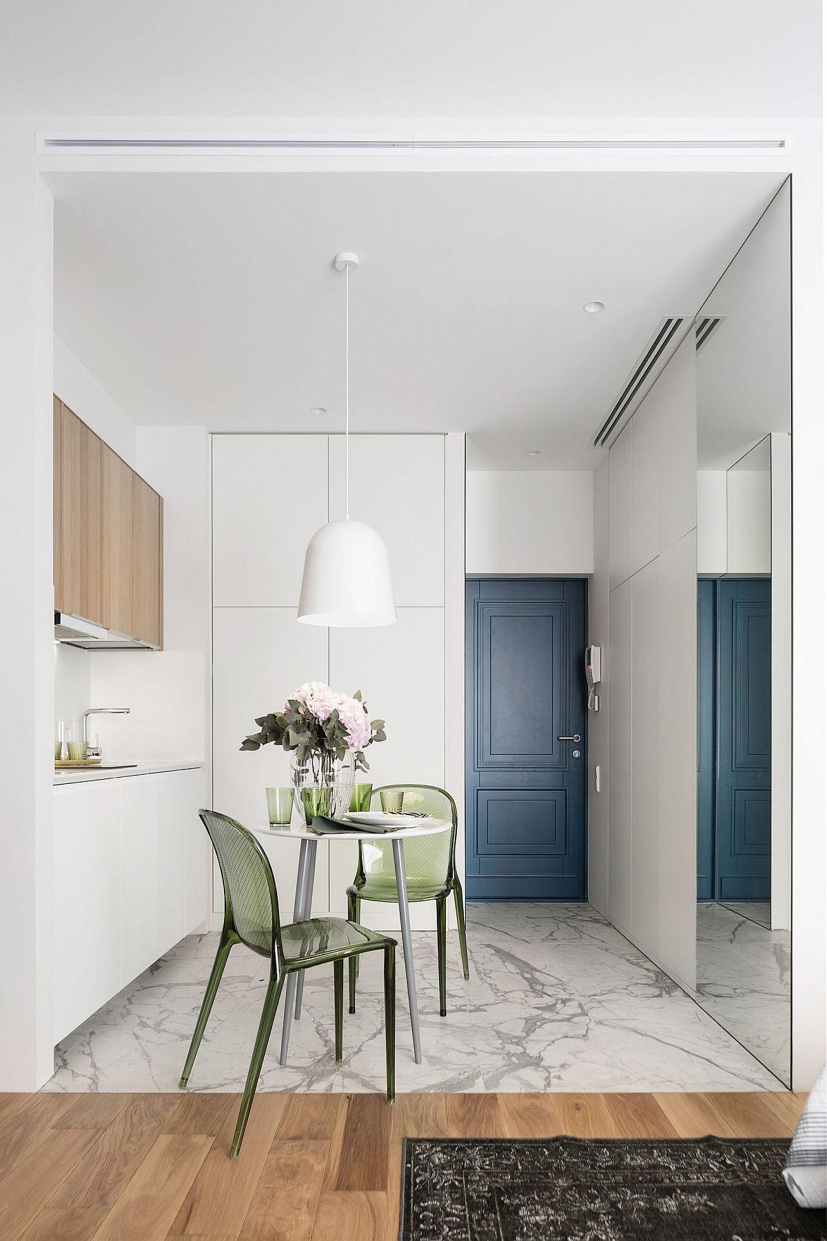 Arhitectul a folosit pentru accent nuanțe închise, cum ar fi pentru ușa de intrare, o nuanță care conferă senzația de adâncime. În rest, totul este tratat alb, atât pereții cât și dețele mobilierului realizat pe comandă, astfel încât ușile să fie până în tavan. În zona de bucătărie și baie plafonul a fost lăsat mai jos pentru trasarea instalațiilor, dar și pentru a include ventilația.