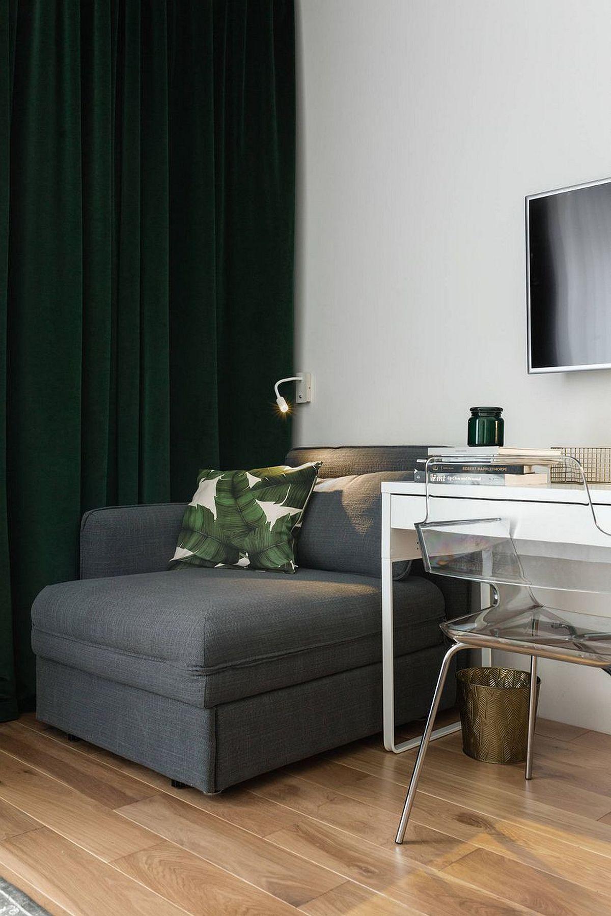 Deși proprietarul a spus că-și dorelte o canapea pentru un extra loc de dormit atunci când îi vin rude sau prieteni, arhitectul l-a convins că suprafața locuinței nu permite așa ceva. Compromisul făcut a fost alegerea unui fotoliu extensibil de la IKEA, care să nu încarce spațiul, dar care să poată fi folosit zilnic și de către proprietar.