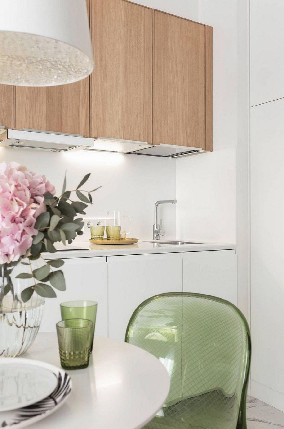 Majoritatea corpurilor de bucătărie sunt de la IKEA, și ele au incluse electrocasnice încorporabile. Pentru că spațiul este mic s-a ales o chiuvetă și o plită de mici dimensiuni.