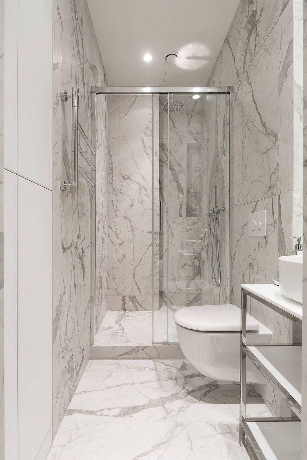 Camera de baie a fost îngustată, dar toate dotările sunt confotabil poziționate. Cabina de duș este una construită, respectiv pardoseala a fost înălțată pentru a putea fi înglobată în ea rigola îngropată, iar separarea se pare cu panouri din sticlă. Peste tot au fost montate aceleași plăci ceramice cu muchii rectificate și cu aspect de marmură, care dau impresia de spațiu omogen și păcălesc vizual ochiul asupra dimensiunilor.