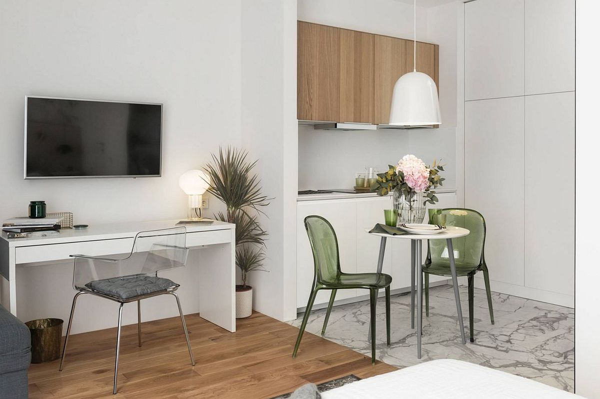 Locul de birou a fost simplu tratat cu o masă generoasă cu sertare de la IKEA și un scaun transparent care să nu încarce spațiul. Televizorul montat deasupra este în unghiul bun față de pat. Totul simplu, curat, ordonat.