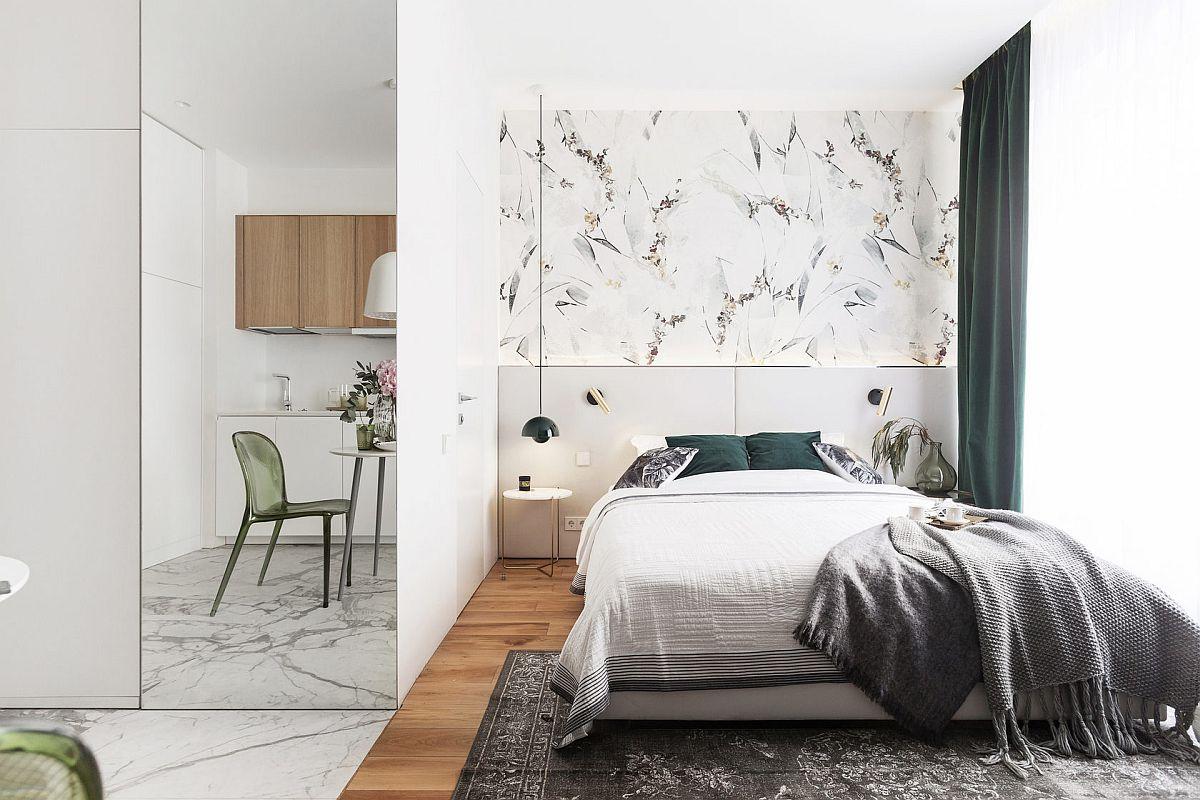 Chiar dacă spațiul este framentat la nivelul parsdoselii, arhitectul a coordonat armonios finisajele și culorile. Astfel, în zona de bucătărie duapul suspendat are nuanța parchetului din cameră, iar tapetul de deasupra patului pare să aibă un desen fin similar venaturii de pe plăcile ceramice.