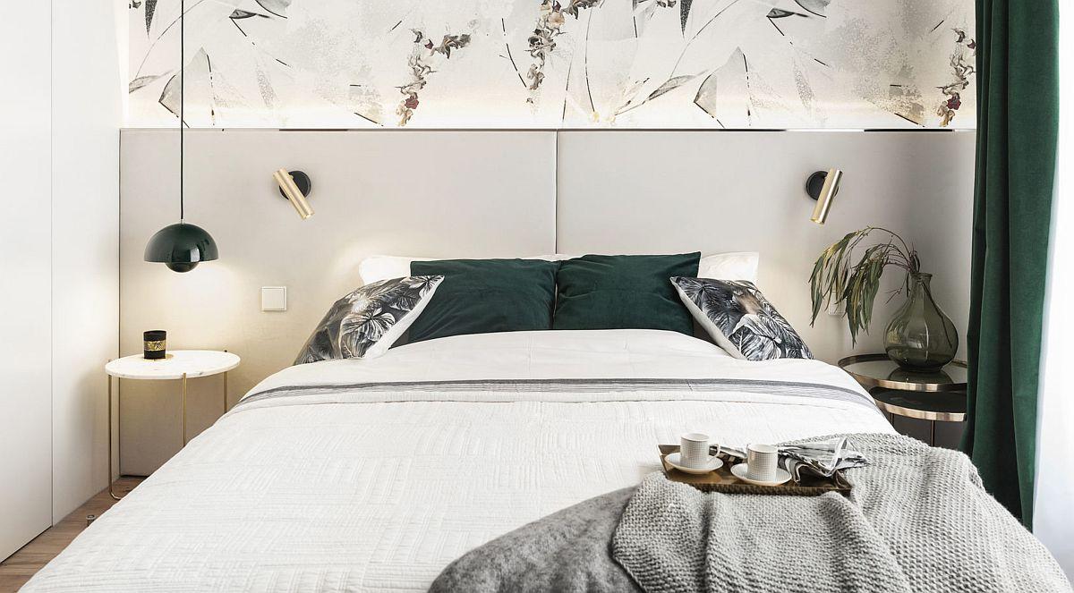 Patul este realizat pe comandă și beneficiază de o tăblie care include o bandă LED orientată către tapetul de deasupra (tapet de la Wall&Deco). Tăblia patului are o muchie metalică, elegantă, discretă, dar care face legătură cu aplicele și cu măsuțele (de la Zara Home). Totul fin, delicat și suprafețe albe din plin, care dau luminozitate și senzația de mai mult spațiu.