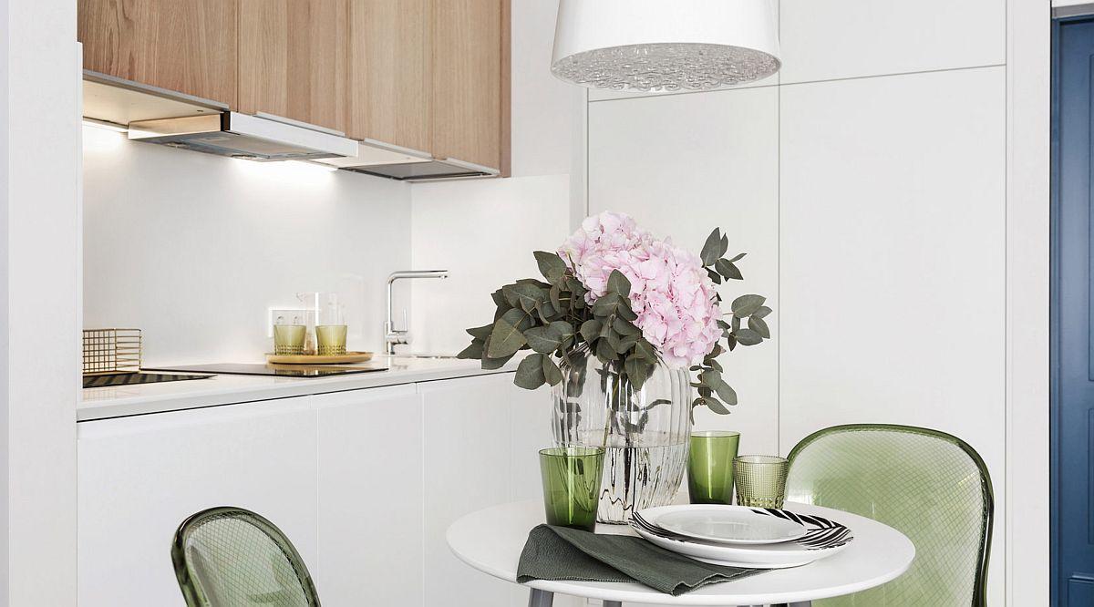 Partea de dulapuri din spatele mesei este realizată pe comandă, după proiectul arhitectului. Aici sunt mascate combina frigorifică și spațiul de depozitare din bucătărie.