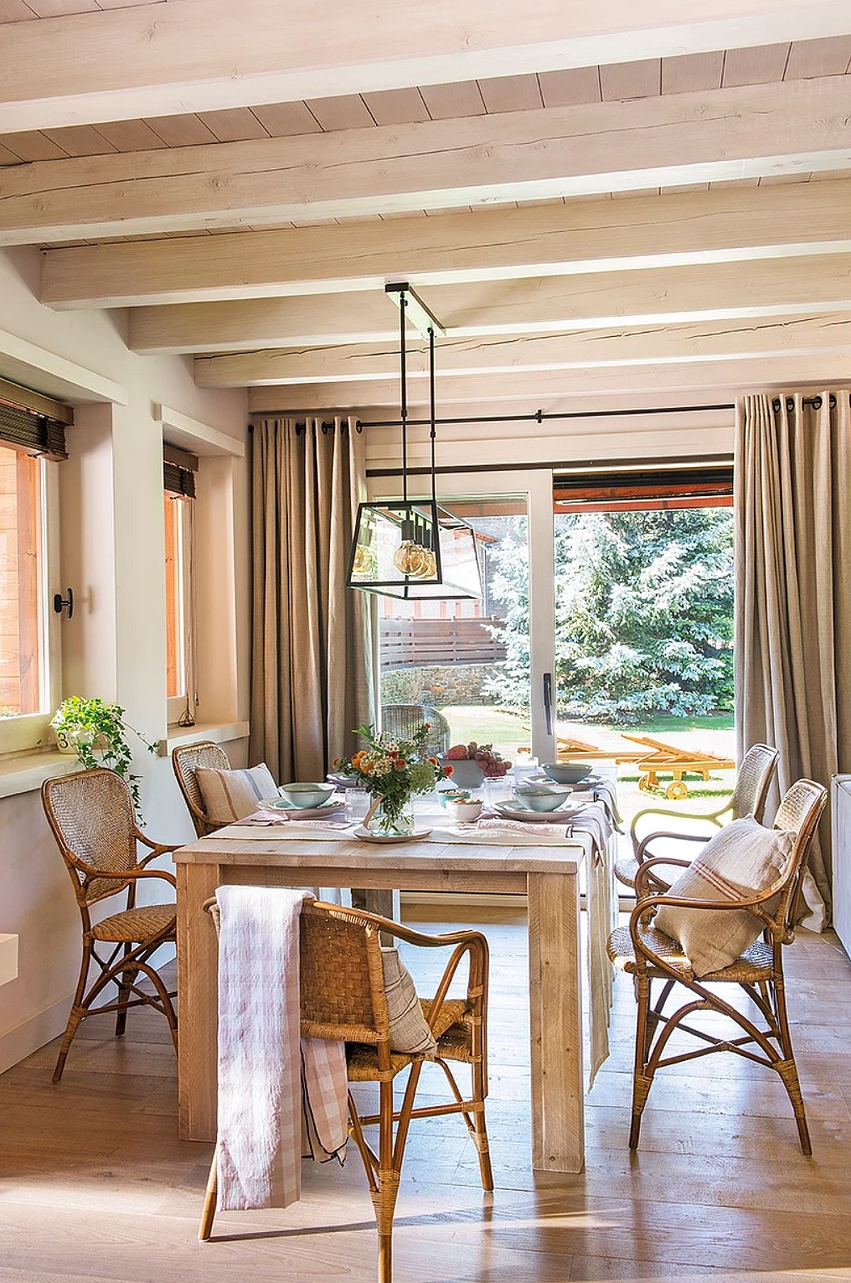 Locul de luat masa este primul ca se vede la intrarea în casă, după hol, ceea ce-i conferă zonei de zi un aer primitor. Fiind locul de la parter cu cele mai multe ferestre era ideal pentur locul de luat masa.