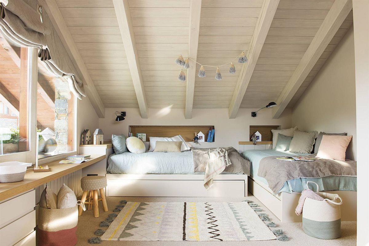 Zona celor doi băieți este amplasată într-o parte a camerei cu paturile puse în L, astfel ca pe timpul zilei ele să dea impresia unei canapele. Nișe de depozitare au fost prevăzute în loc de noptiere. Dormitorul are pardoseala îmbrăcată cu mochetă, dar peste ea s-au amplasat ulterior covoare care aduce un strop de culoare pe lângă lenjeriile de pat.