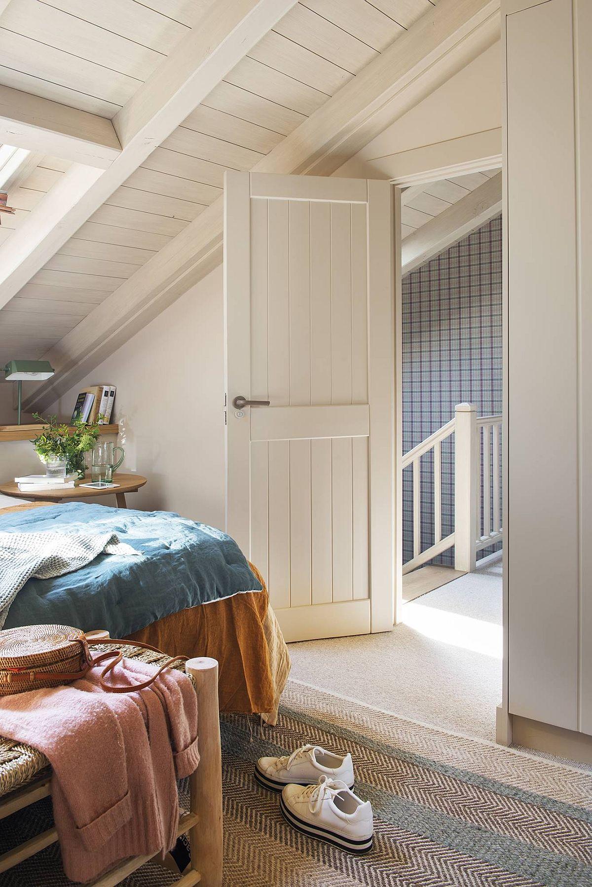 La etaj sunt dormitoarele și băile aferente lor. Cea mai mare provocare a fost vopsiea tâmplăriei și a plafoanelor în nuanță deschisă. Inițial totul era în nuanță de stejar, dar asta închidea și mai mult atmosfera, pe lângă forma și dimensiunile mici ale camerei. Chiar dacă soțul s-a împotrivit inițial vopsirii suprafețelor din lemn, la final a apreciat transformarea majoră a ambientului.