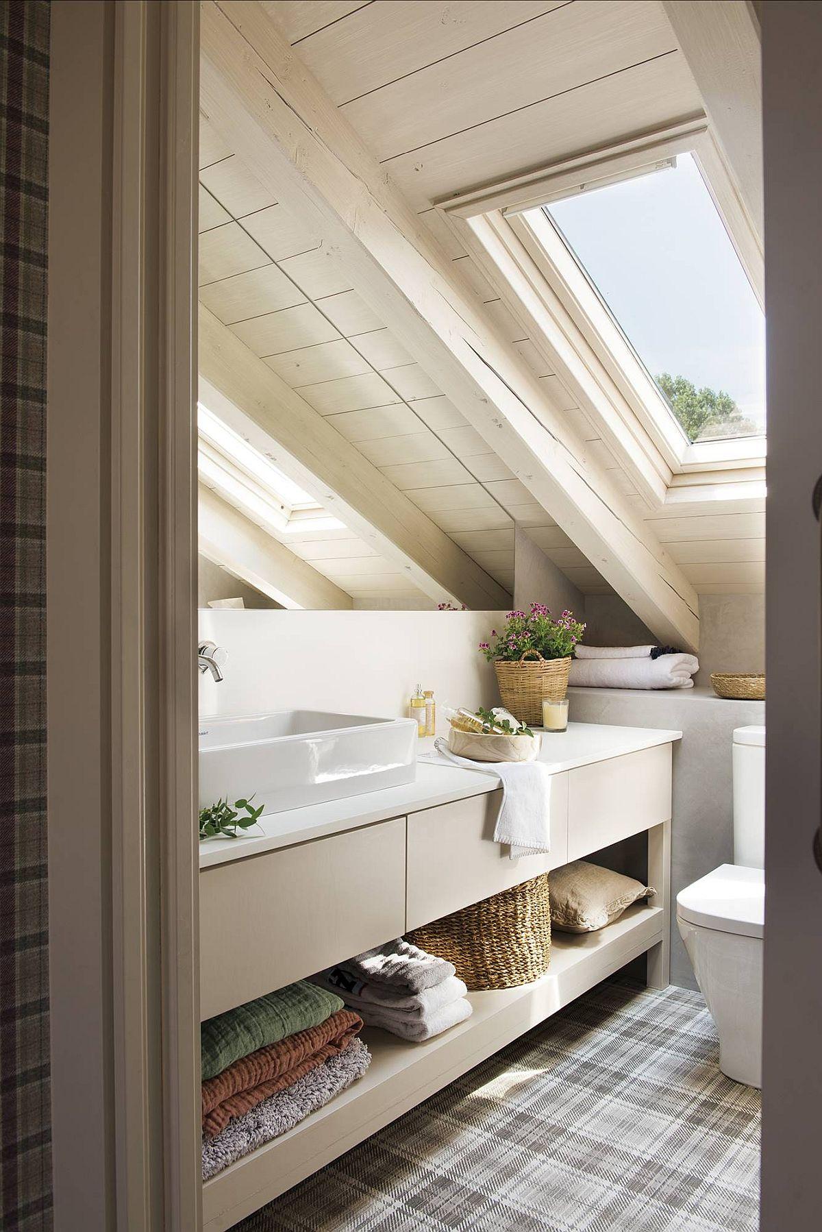 Un spațiu mic, dar baia copiilor este luminoasă grașie finisajelor alese și a prezenței ferestrei de mansardă. Mobila realizată pe comandă este potrivită la fix, iar pereții sunt finisați cu microciment. O casă plăcută, caldă, camere armonios amenajate și o combinație de elemente din variate stiluri, dar care se potrivesc bine împreună. Sper să te inspire și pe tine!