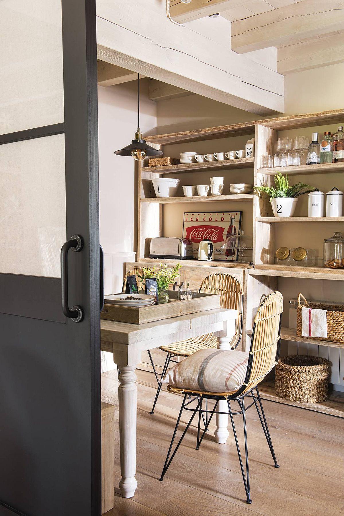 Pentru că bucătăria are ferestre în latura opusă, unde e locul de luat masa a fost prevăzută ușa culisantă cu geamuri, care lasă lumina naturală din living să pătrundă aici.