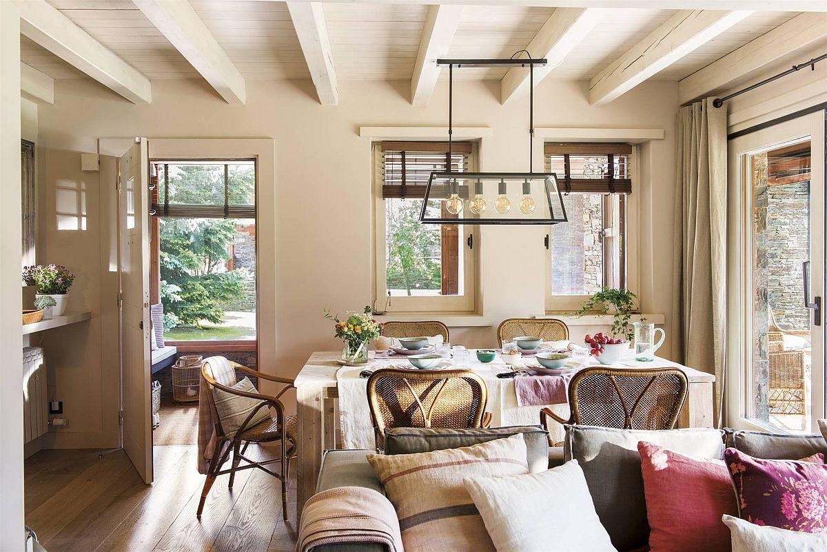 Din hol se intră în camera de zi care cuprinde sufrageria (locul de luat masa) și livingul cu canapea și șemineu. Pentru ca după separarea holului lumina naturală să nu fie afectată la interior, zidul cu ferestre, inițial exterior, a fost păstrat.