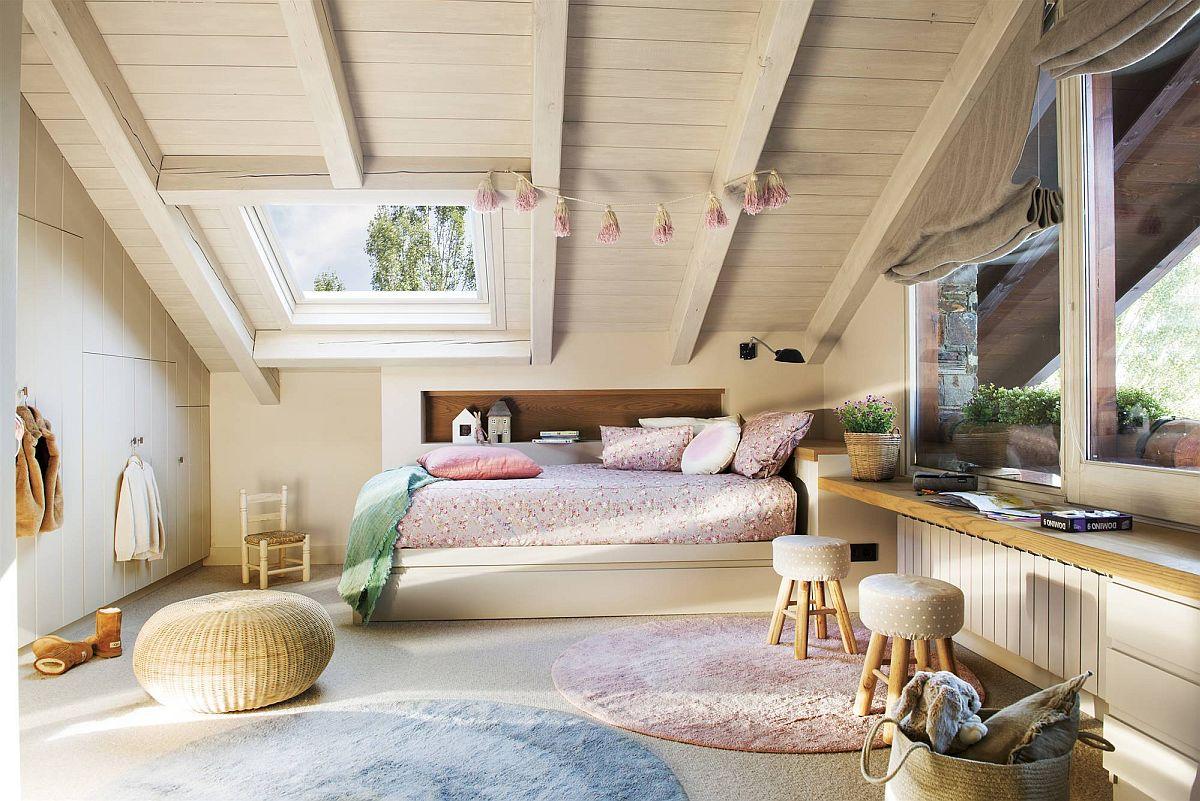 Zona fetiței din camera copiilor se ghicește ușor după nuanța lenjeriei roz, dar este amplsată opus față de cea a băieților, astfel ca la mijloc centrul camerei să rămână liber pentru joacă.