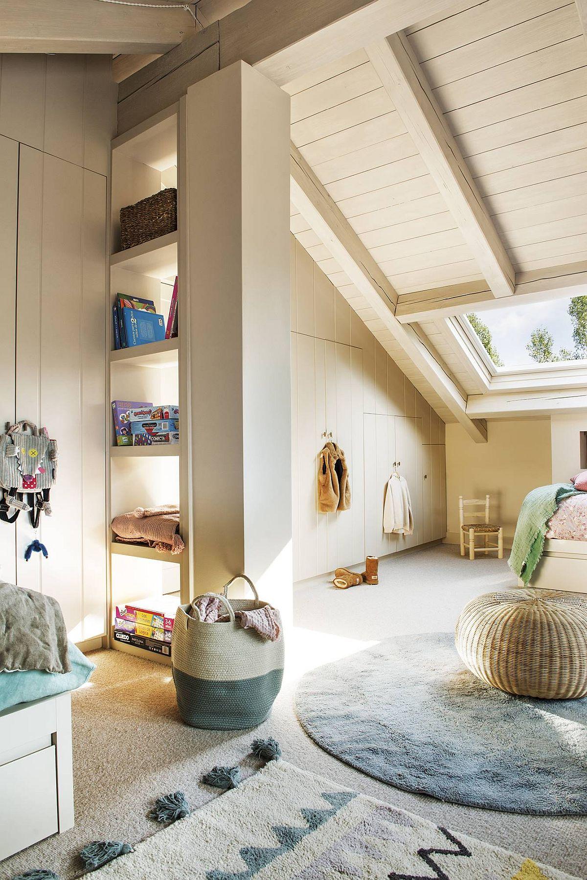 Zona camerei copiilor dedicată băieților este ușor separată cu o etajeră, de fapt un motiv de a masca o parte din structura mansardei. Pe zona înaltă a camerei sunt amplasate dulapurile încastrate, tratate să pară ca niște lambriuri.