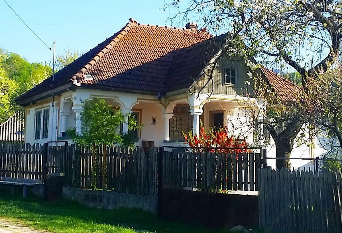 Da, unele dintre casele vechi de la țară pot și merită să fie consolidate și renovate, dar decizia aparține întotdeauna proprietarilor.