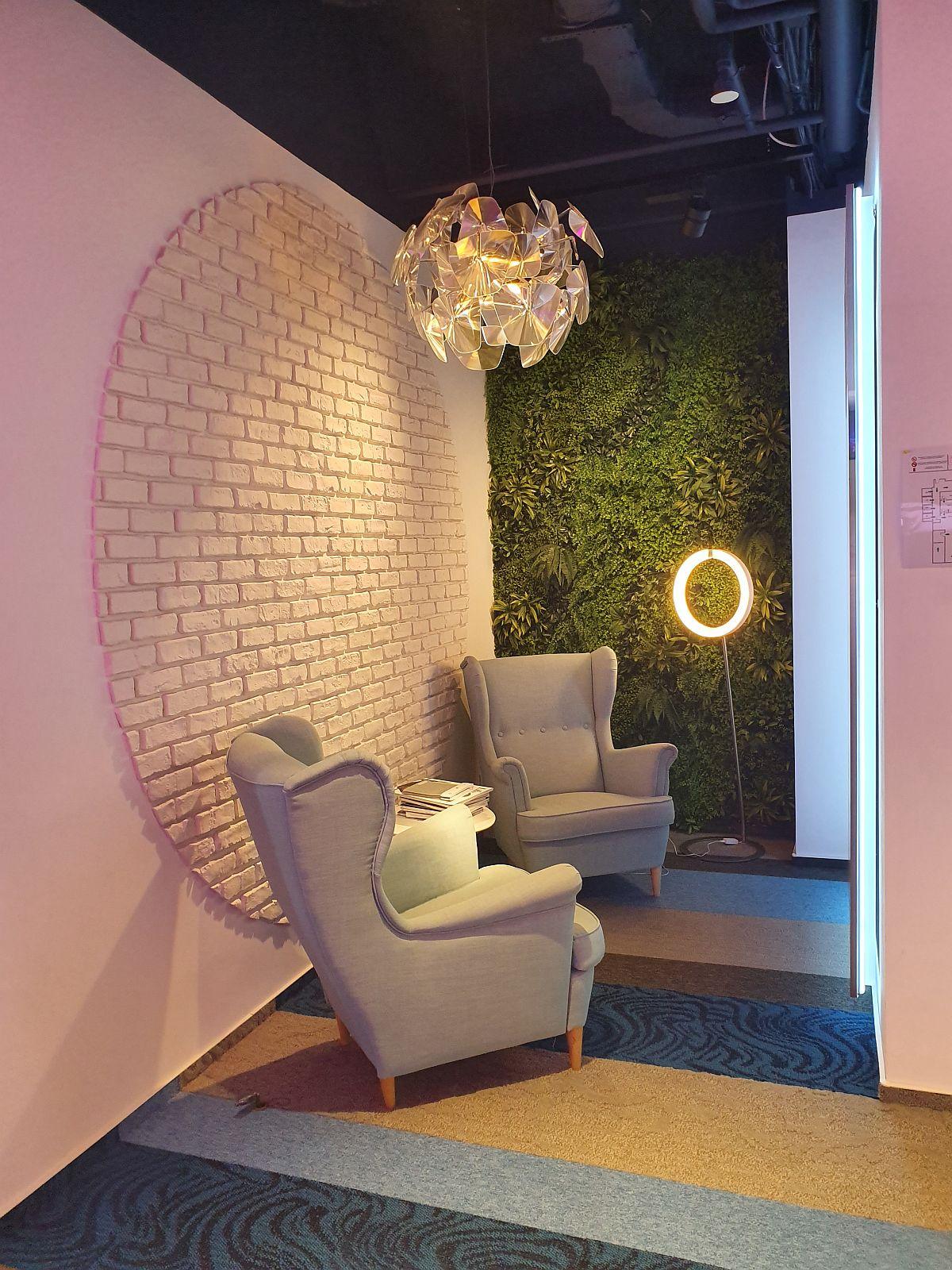 Sediul-showroom Signify din București, firmă specializată în sisteme și soluții de iluminat interior și arhitectural. Cu telefonul Samsung Galaxy S10+ am surprins inclusiv temepratura diferită a surselor de iluminat prezente în ambient. Și nu, nu am făcut nicio setare specială pentru asta.