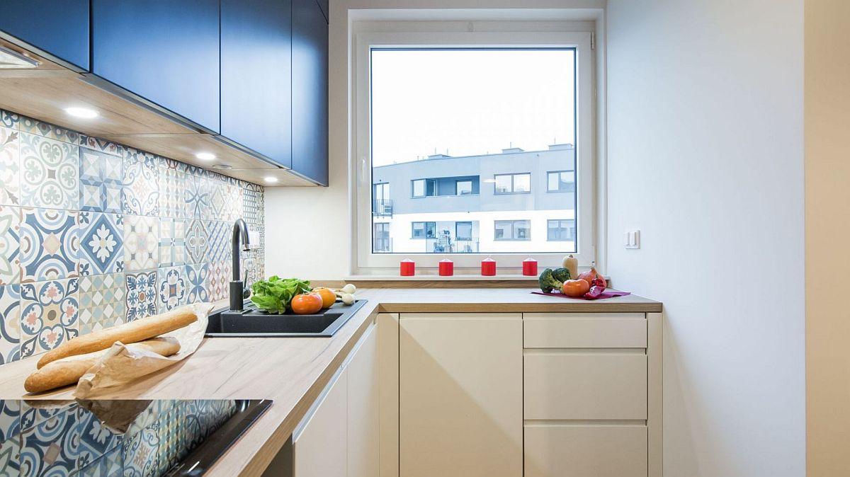 Spațiul bucătăriei a fost utilizat la maximum în zona de fereastră astfel ca locul de plită și chiuvetă să fie cât mai bine organizate cu suprafață de blat generoasă între ele.
