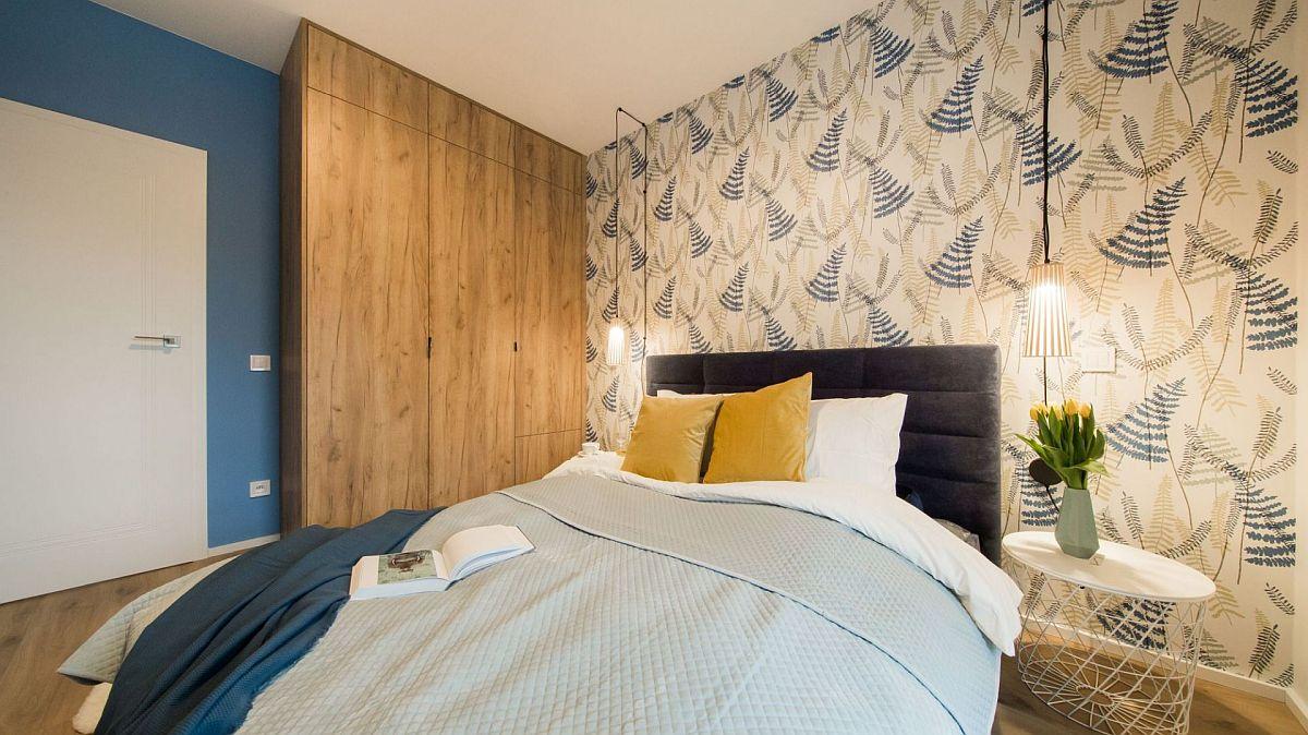 Dulapul a putut fi configurat aici pe o suprafață destul de mică, dar este gîndit până în tavan pentru a da impresia unei placări. Textura similară lemnului aduce un plsu de căldură în spațiul destinat odihnei și unde albastru este culoarea domninantă.