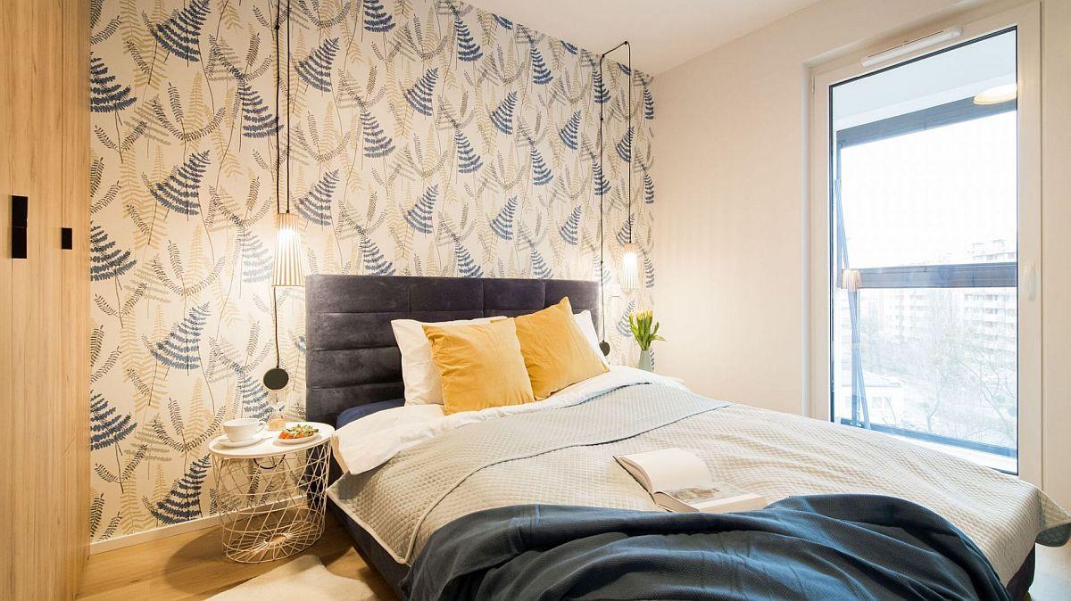 Dormitorul matrimonial este mic, dar funcțional gândit. În locul veiozelor sunt prevăzute corpuri de iluminat suspendate, care să nu mai ocupe loc pe noptiere.