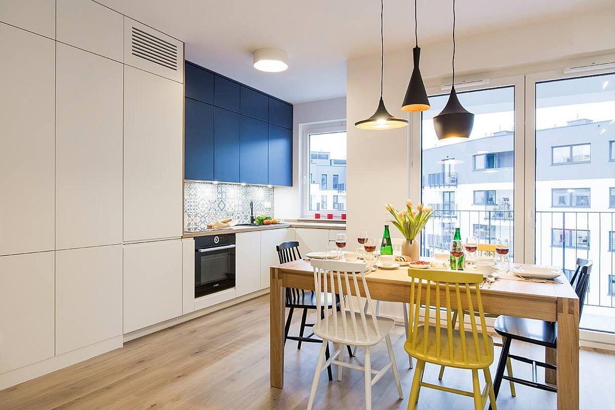 Toate electrocasnicele sunt încorporate, inclusiv combina frigorifică. Spațiu mare de depozitare corespondent bucătăriei și livingului etse înschis i configurat sub forma unui ansamblu de dulapuri deschise la culoare, care să nu încarce spațiul. Totul simplu, ordonat, fără mânere aplicate pentru a avea imaginea unei placări.