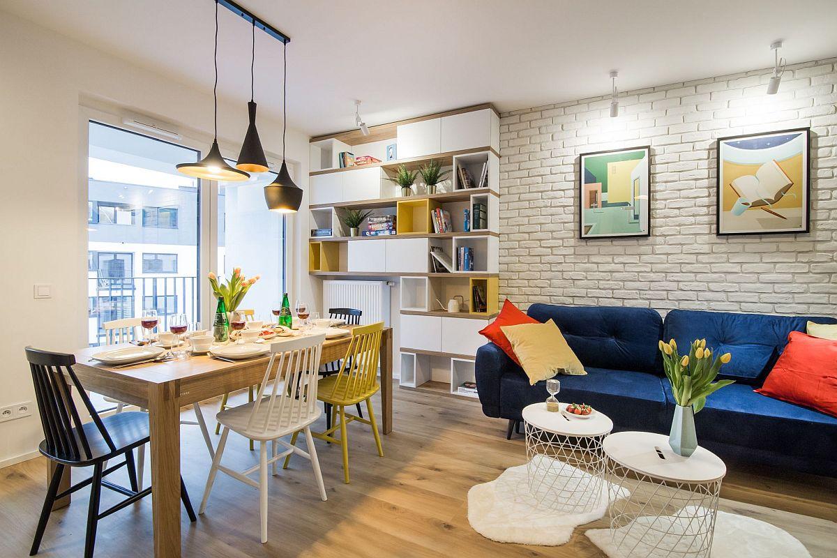 De apratea opusă bucătăriei este un nsamblu de mobilier creat pe lățimea peretelui de lîngă fereastră. Practic această bibliotecă este gândită în jurul caloriferului din zonă.