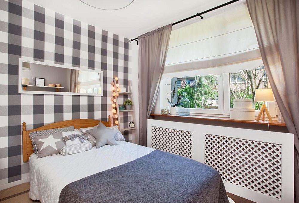 Dormitorul matrimonial este amenajat în ton cu restul casei. Pentru a avea mai mult loc pentru dulapuri au ales ca patul să fie unul cu saltea de 140 cm. Au personalizat zona cu un tapet în carouri (de la LeroyMerlin) și au tratat zona ferestrei mai elegant, cu măști de calorifere și glaf mai generos pentur obiecte.