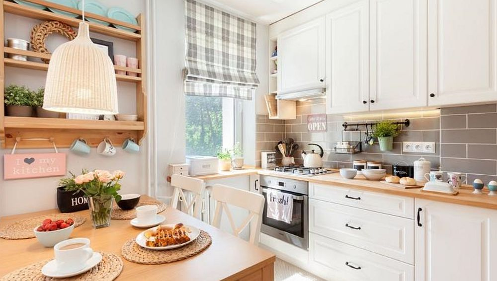 Bucătăria este bine organizată cu spațiu în plită și chiuvetă, iar frigiderul amplasat astfel încât să nu se vadă dinspre living.