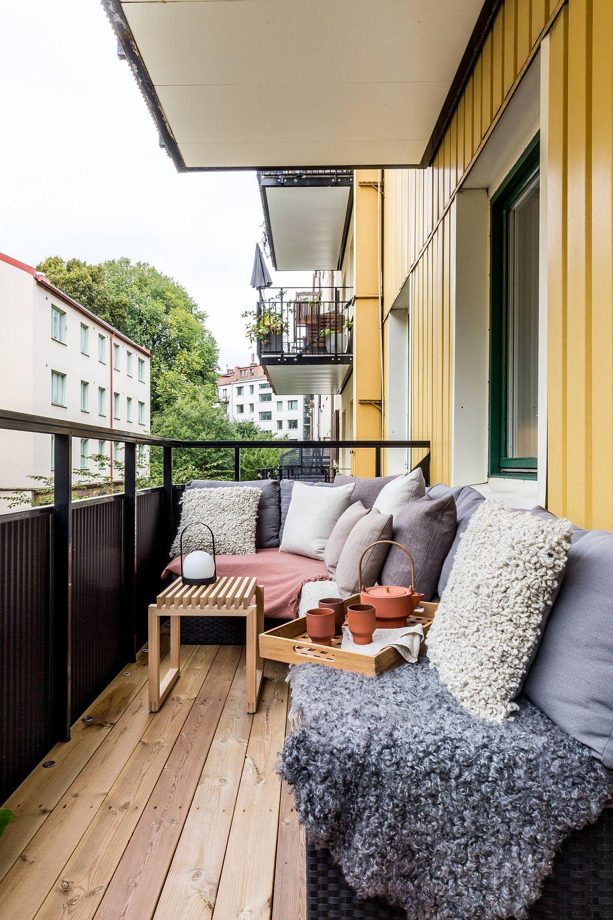 E bine să ții cont și de înălțimea parapetului ferestrei și de cea a balustradei. Când îți amenajezi locul de relaxare pe balcon e bine ca din punct de vedere vizual totul să fie la un nivel ascuns privirilor atât din stradă, cât și din casă. În plus, asta oferă și siguranța că decorațiunile textile vor rămâne în spațiul balconului, chiar dacă dă o rafală de vânt. Deci, când alegi mobila, fii pe fază și la înălțimea ei. O înălțime de 40 cm este acoperitpare (cam cât un taburete).