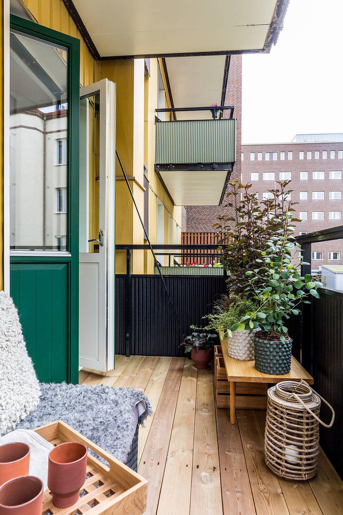 Pardosela poate fi una cu aspect de lemn sau chiar din lemn, dar montată pe suporți care să lase apa de ploaie să se scurgă. De asemenea, trebuie să verifici dacă montarea unei pardoseli noi nu împiedică ușa de acces pe balcon să se deschidă. În altă ordine de idei, zona care se vede cel mai bine de pe balcon în casă merită să fie amenajată cu plante verzi. Astfel, ele vor fi prezente atât pe balcon, dar se vor vedea frumos și de la interiorul casei.