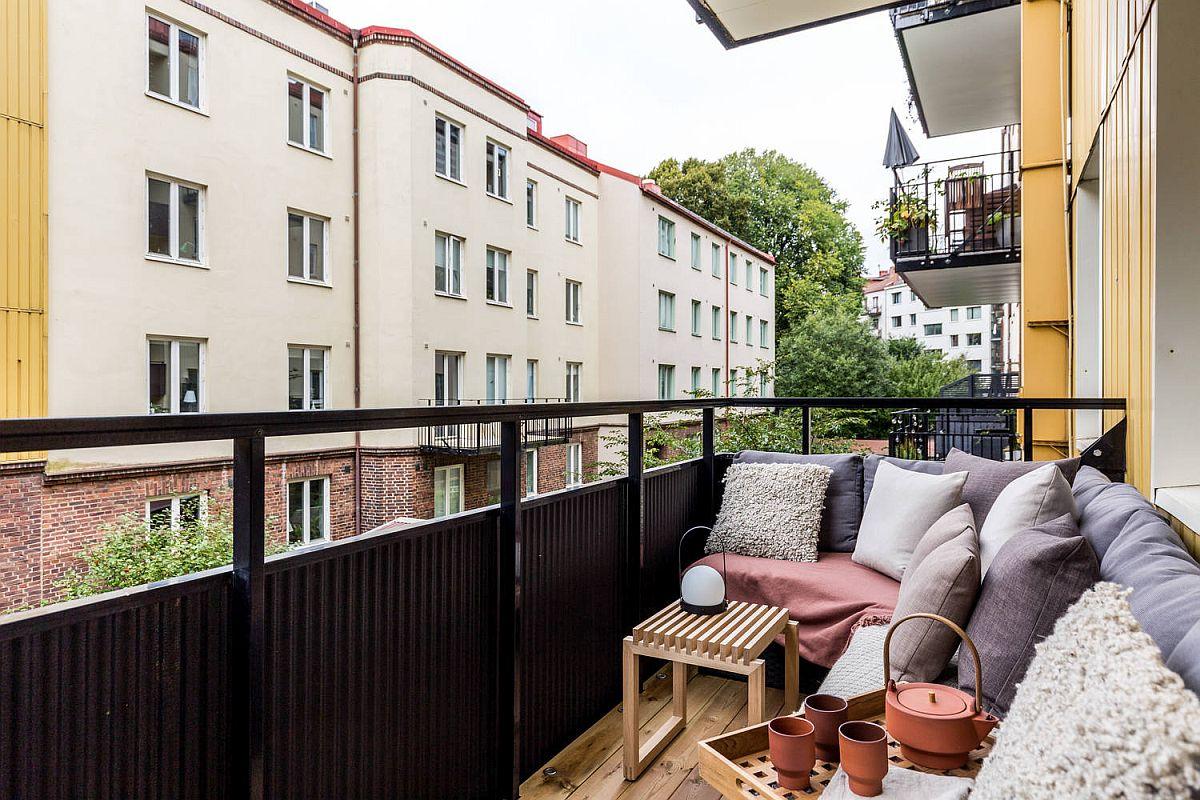 Mobila din categoria celei de grădină poate fi adaptată și pentru balcon, dar atenție să mergeți la cumpărături cu dimensiunile luate de pe balcon. Pentru locuri de ședere este suficient să aveți bănci cu lățimea de 40 cm, care pot avea ladă de depozitare. Împortant este ca în fața locurilor de ședere să existe un spațiu de circulație de minimum 60 cm. Accesoriile textile pot face băncile cu structură metalică și îmbrăcate cu ratan artificial mult mai comode.