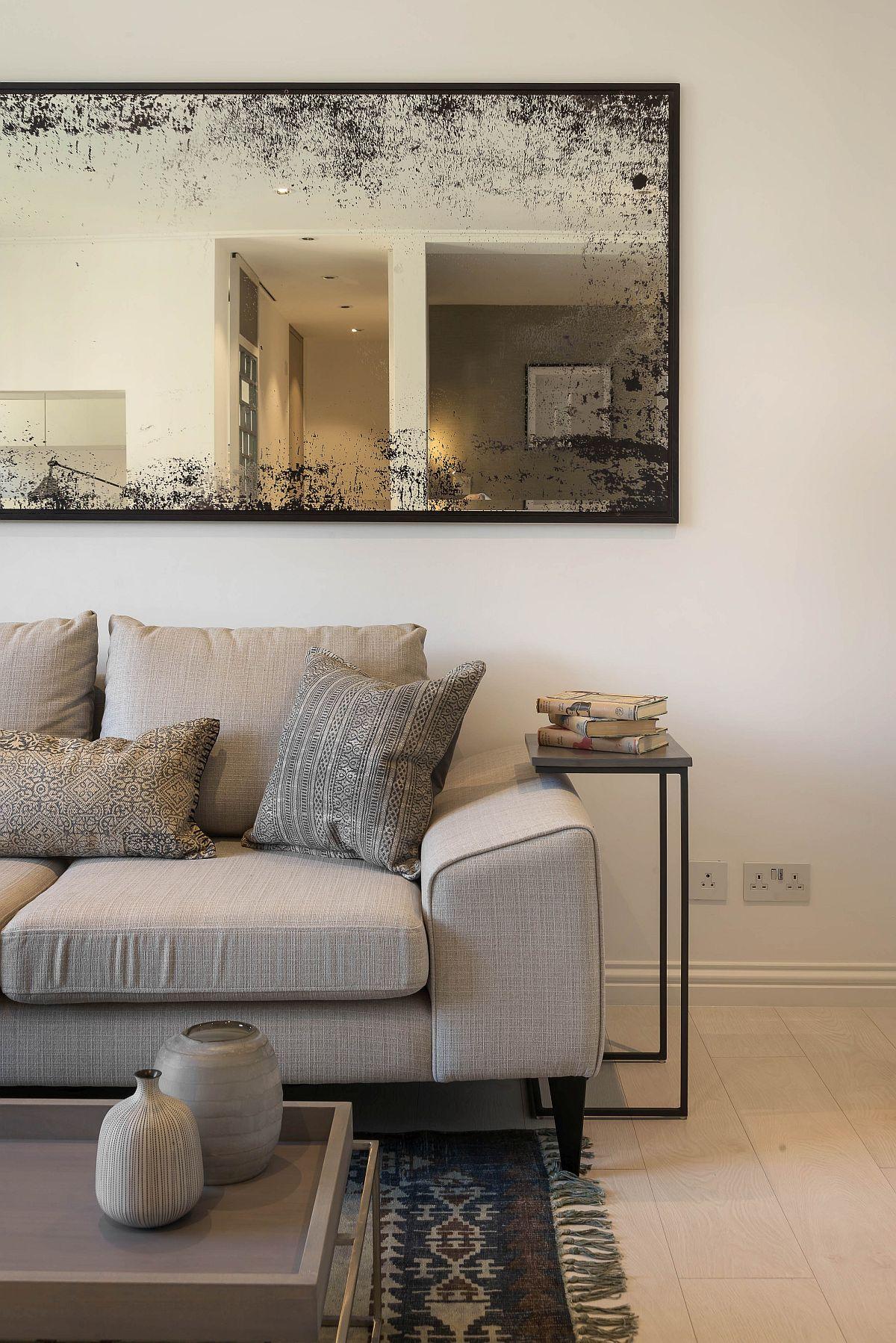Într-o locuință mică secretul este și alegerea pieselor de mobilier. Majoritatea oamenilor ar fi tentați să se gîndească la o canapea colțar, dar aceasta ar ocupa prea mult spațiu. În schimb o canapea de două locuri nici nu ocupă spațiu, dar poate fi extensibilă și completată de taburete, ca locuri suplimentare de ședere. Cert este că aspectul general va fi mult mai aerisit cu o canapea decât cu un colțar.