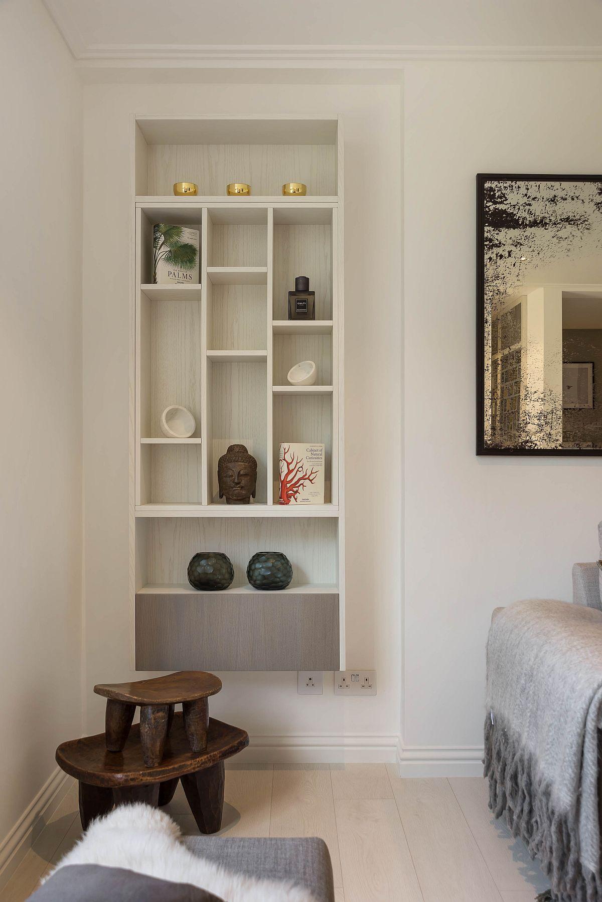 În colțul cel mai vizibil al camerei este amplasată o bibliotecă, dar piesa de mobilier a fost gîndită suspendată pentru a nu ocupa din suprafața pardoselii, un alt truc bine de știut mai ales într-un spațiu mic: cu cât pardoseala est emai puțin acoperită de mobilier, cu atât încăperea pare mai generoasă.