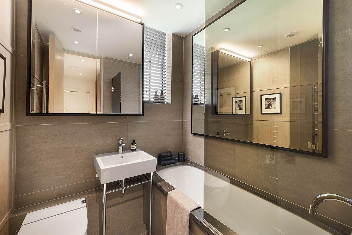 Baia este și ea mică, dar folosită foarte bine. Pentru ca toate obiectele sanitare să aibă loc s-a ales un lavoar de mici dimensiuni, însă cu ajutorul oglinzilor spațiul pare mai mare. Deasupr alavoarului și vasului de toaletă corpul de mobilier cu fețe din oglinzi asigură depozitare.