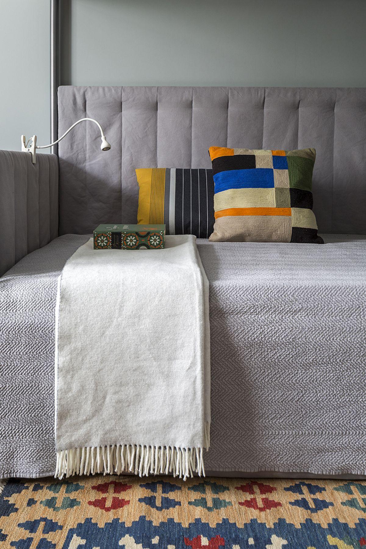 Într-un spațiu mic, cum e camera de tineret, compromisul făcut a fost în privința locului de dormit. A fost comandată o canapea cu saltele duble. Pe timpul serii a doua saltea se trage de sub șezutul canapelei.